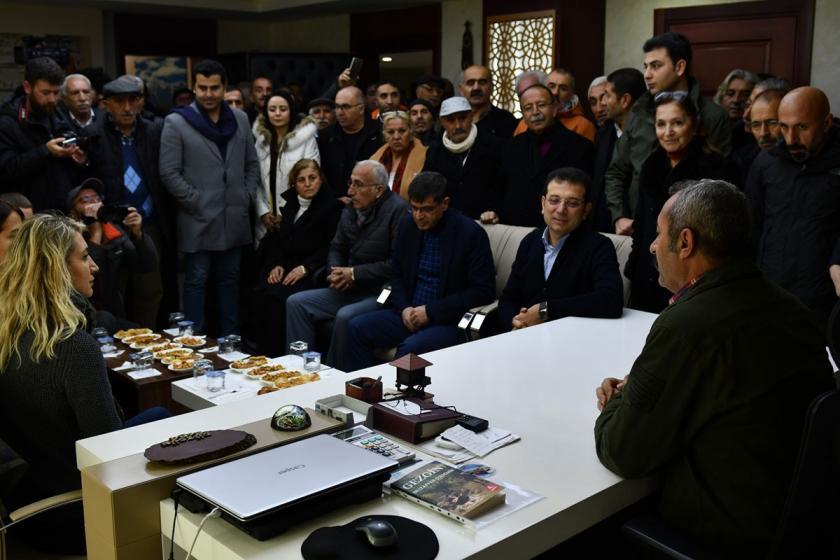 Dersim Belediyesini ziyaret eden Ekrem İmamoğlu eşi Dilek İmamoğlu ve kalabalık bir heyet Dersim Belediyesi Başkanı Fatih Maçoğlu ile sohbet ediyor.