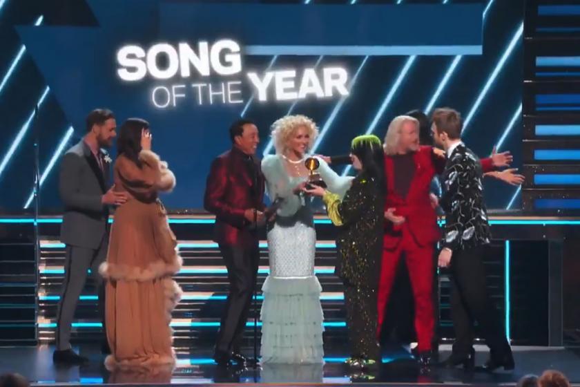 Billie Eilish en iyi şarkı ödülünü alıyor.