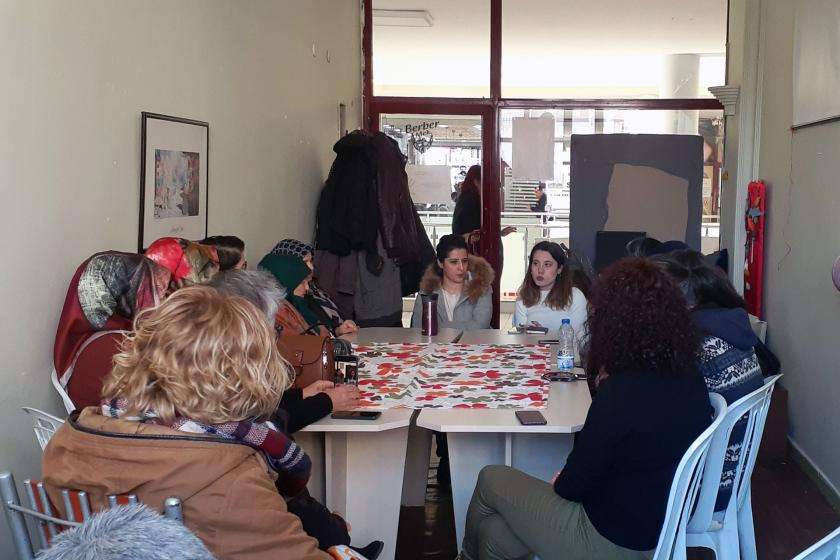 Kadına şiddetle mücadele yötemlerini konuşmak için bir araya gelen kadınlar