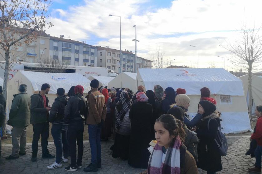 Elazığ'da yaşanan depremin ardından kurulan çadırların önünde bekleyen vatandaşlar
