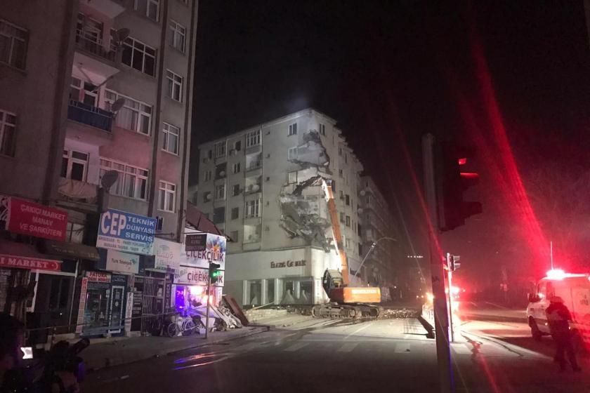 Elazığ İcadiye Mahallesi'nde 6 katlı bir binanın yıkım çalışması.