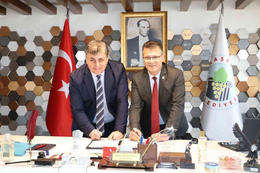 Karşıyaka Belediye Başkanı  ile Alaşehir Belediye Başkanı protokol imzalarken