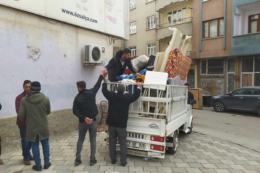 Elazığ'da taşınmak için kamyona eşya dolduran depremzedeler.