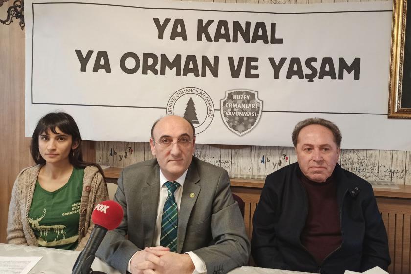 Türkiye Ormancılar Derneği Marmara Şubesinin basın toplantısının yapıldığı masada biri kadın 3üç kişi.