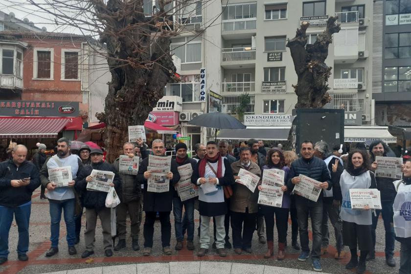 KESK İzmir Şubeler Platformu, özgür basın üzerindeki baskıları kınamak için açıklama yaparken