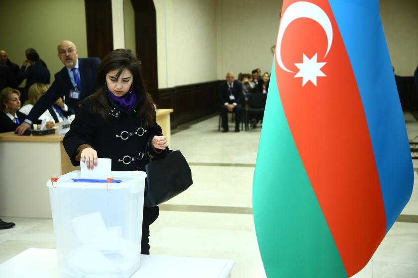 Azerbaycan'da, milletvekili seçimi için oy veren bir yurttaş