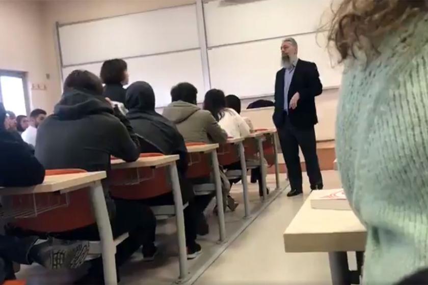 Sınıfta Bedri Gencer'i protesto eden öğrenciler.