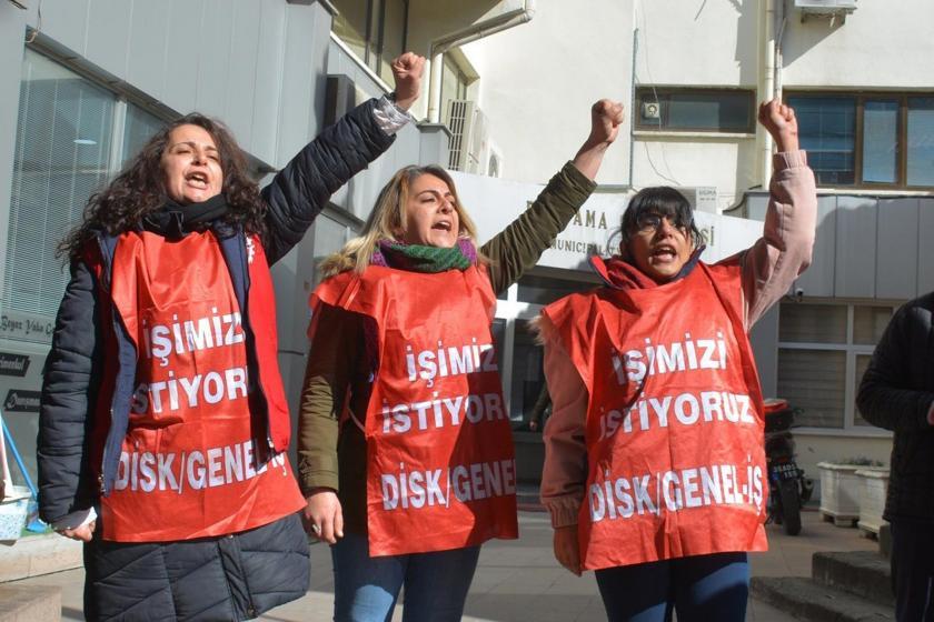 Bergama Belediyesinden atılan kadın işçiler, üzerlerinde 'İşimizi istiyoruz' yazılı önlüklerle belediye binası önünde eylemlerini sürdürürken.