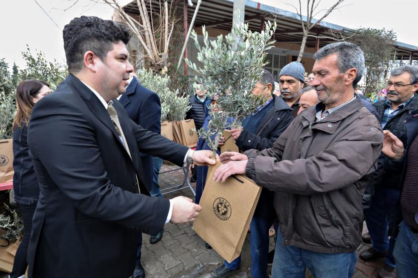 Buca Belediye Başkanı Erhan Kılıç köylülere zeytin fidanı dağıttı.