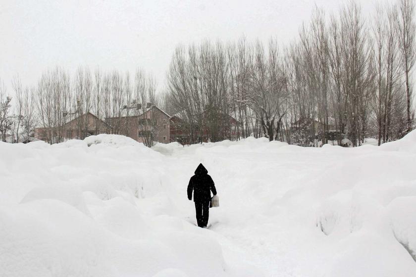 Karda yürüyen bir erkek