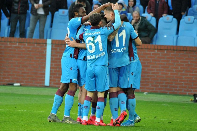 Sahada birbirlerine sarılarak sevinen Trabzonsporlu oyuncular