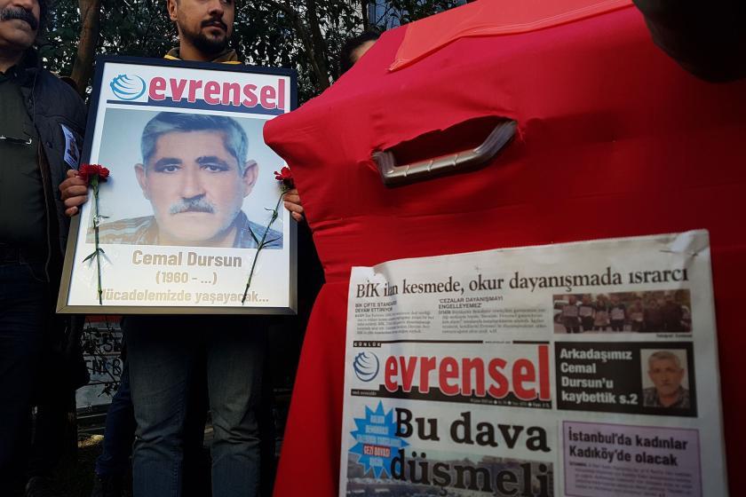 Cemal Dursun'un cenaze töreninde taşınan fotoğrafı (solda) ve Evrensel gazetesi