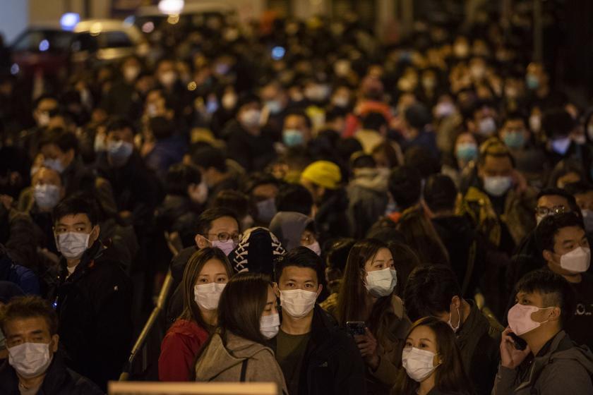 Kwun Yum Festivali'ne katılan, maske takan Çinliler