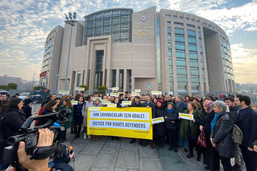 Büyükada davası öncesi yapılan basın açıklaması ve İstanbul Adalet Sarayı binası