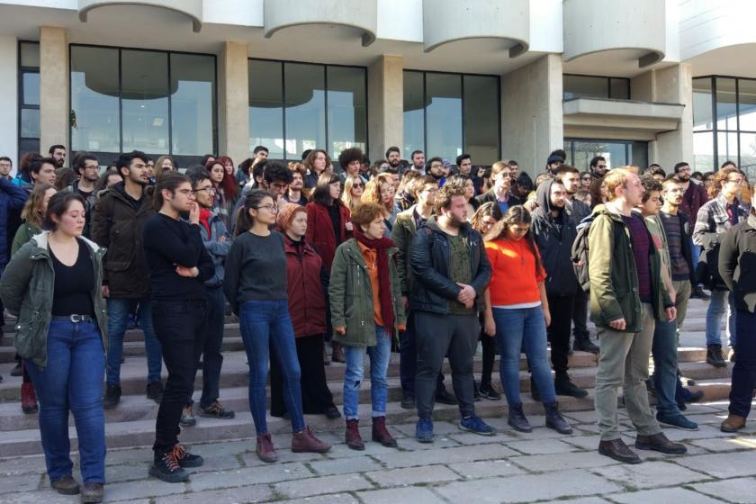 Rektörlük önünde toplanmış çok sayıda öğrenci.