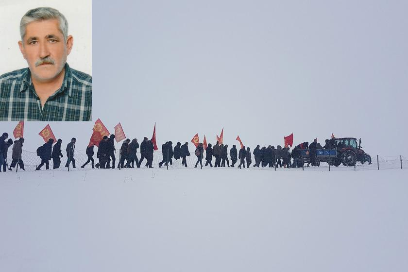 Cemal Dursun'un bir fotoğrafı altında cenaze töreni için karlarda yapılan yürüyüşten bir fotoğraf.