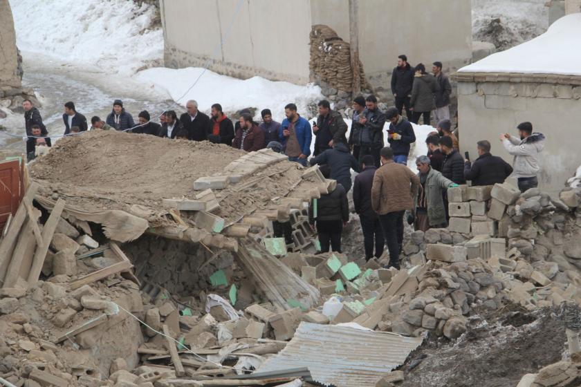 Van'da deprem sonrası yapılan enkaz çalışması