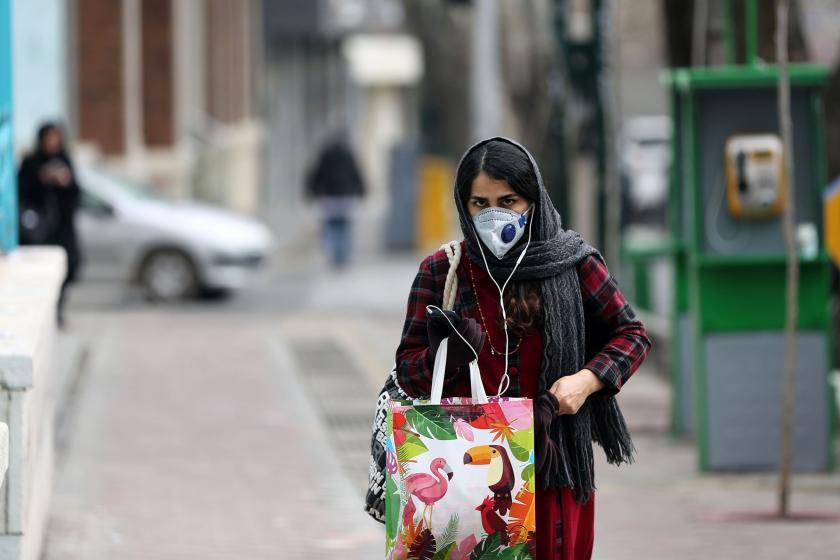 Tahran'da sokakta yürüyen bir kadın