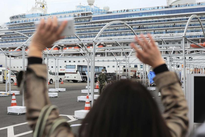 Diamond Princess gemisindekilerle haberleşmeye çalışan bir kişi