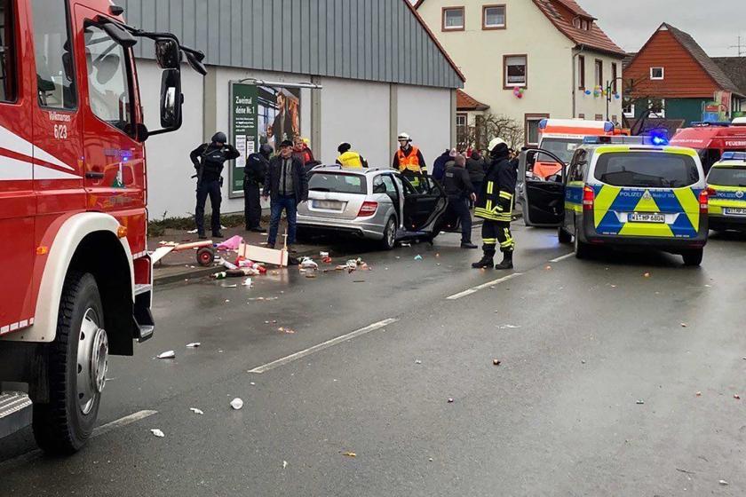 Almanya'da karnaval alanına dalan araç