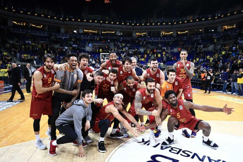 Gatasaray basketbol takımı oyuncularının galibiyet sevinci