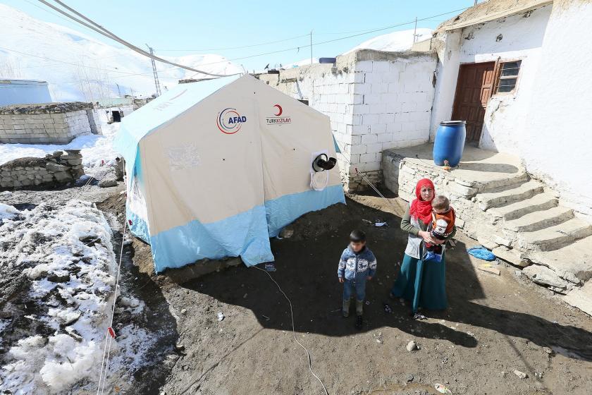 Çadır (solda) ve depremzede bir aile (sağda)