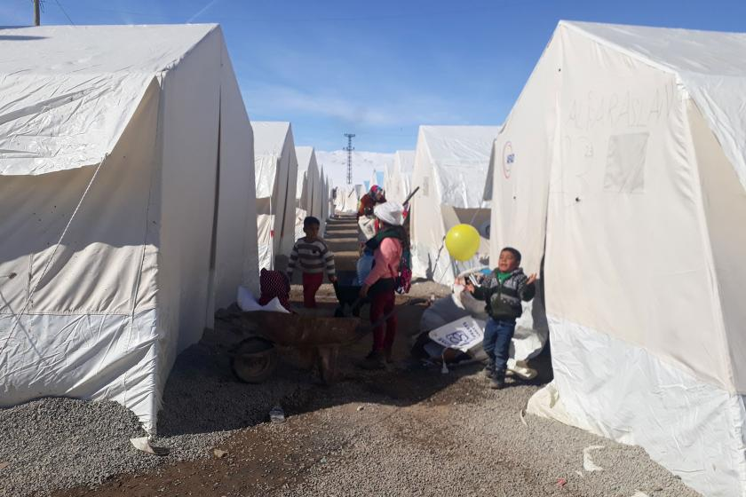 Van'da kurulan çadırlar ve depremzede çocuklar