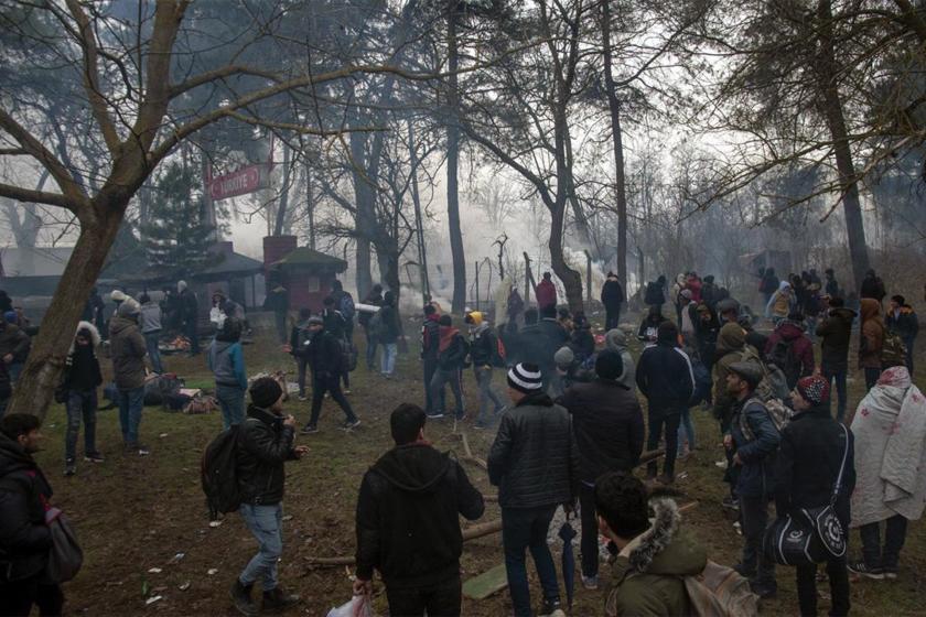 Pazarkule Sınır Kapısında bekleyen mülteciler ve etrafa dağılan gaz bombası sisi
