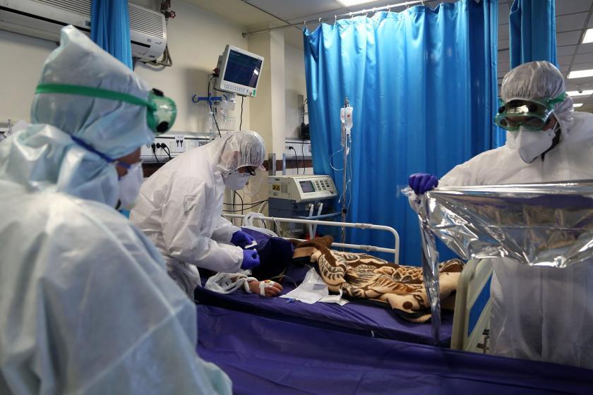 Karantina altına alınan bir hasta ve sağlık personelleri
