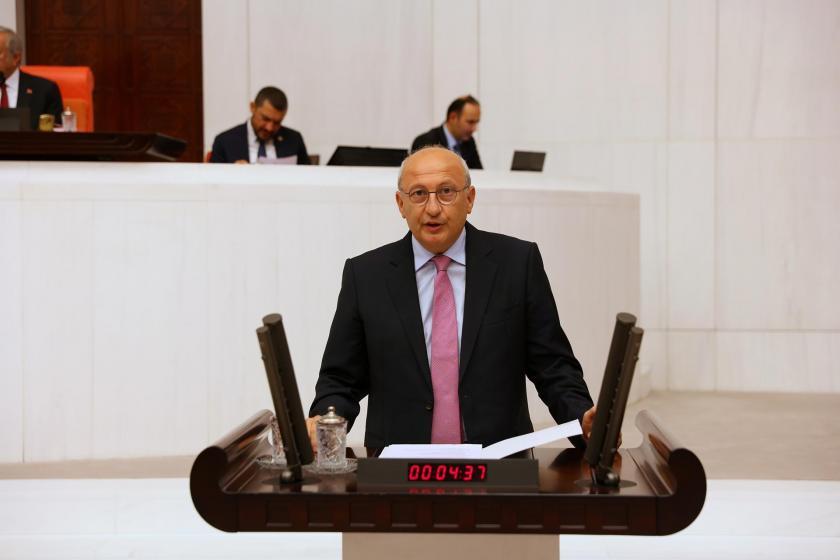 CHP Eskişehir Milletvekili Utku Çakırözer TBMM kürsüsünde konuşurken.