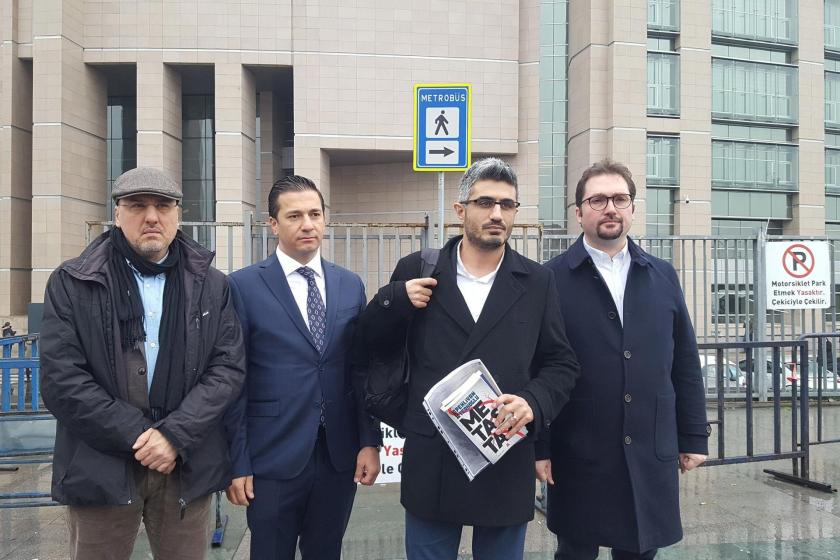 Odatv Genel Yayın Yönetmeni Barış Pehlivan ifade vermeye girmeden önce İstanbul Adliyesi önünde basına açıklama yapıyor. Yanında HDP Milletvekili Ahmet Şık ve iki kişi daha bulunuyor.