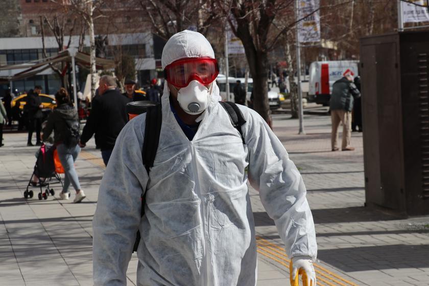 Koronavirüs (Kovid-19) salgınına karşı Bolu Belediyesi Park ve Bahçeler Müdürlüğü İlaçlama Birimi tarafından dezenfekte işlemi yapılıyor.
