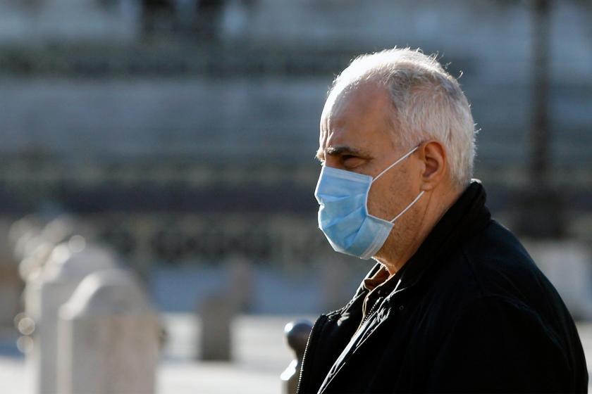 Maske takmış yaşlı bir adam