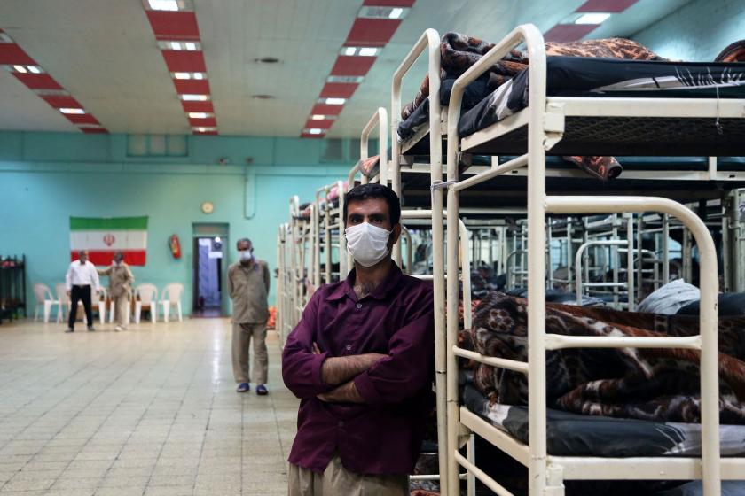 Yüzü maskeli İranlı bir erkek