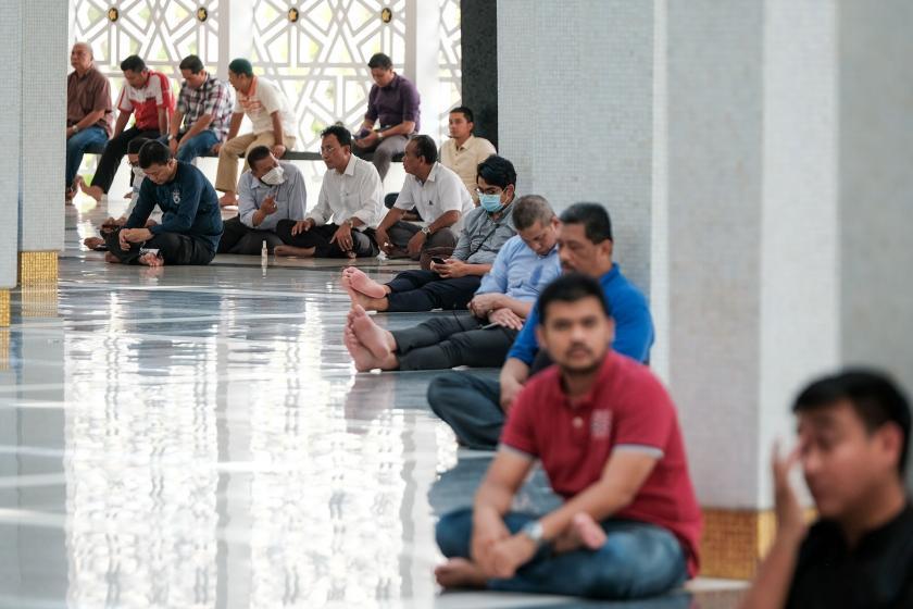 Kuala Lumpur'daki Ulusal Camisinde maske takarak cuma namazına katılanlar