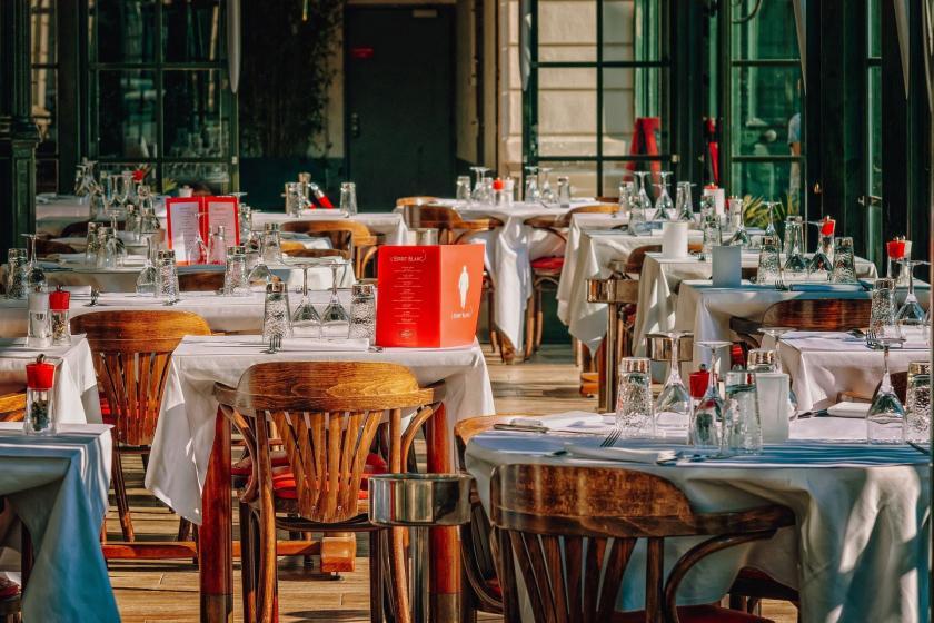 Restoranda masa ve sandalyeler