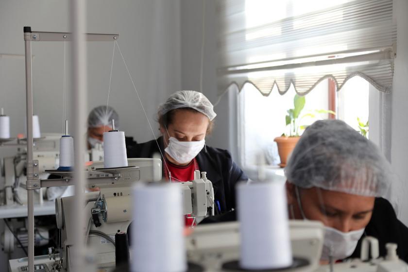 Dikiş makinesi başındaki kadın işçiler