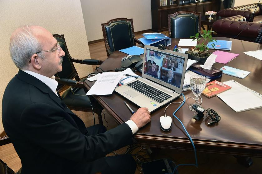 Kemal Kılıçdaroğlu telekonferansla konuşurken