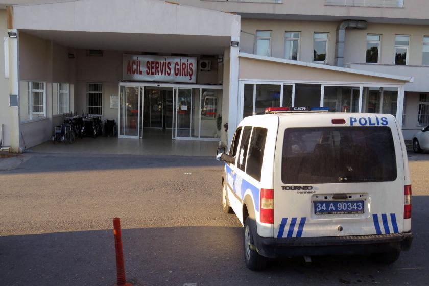 Hastane önünde bekleyen polis aracı