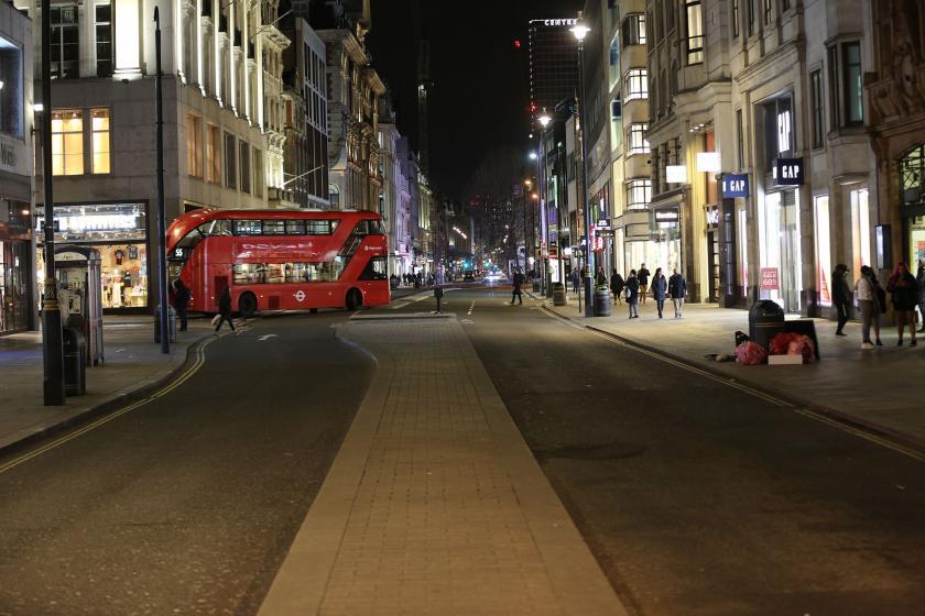 Londra'da kalabalık olmayan bir ana cadde.
