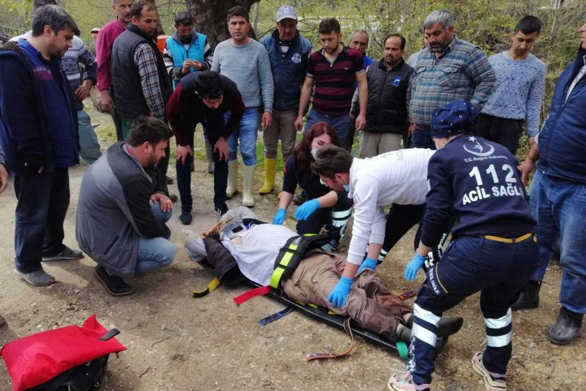 Muğla'nın Seydikemer ilçesinde devrilen forkliftin altında kalan işçi yaralandı.