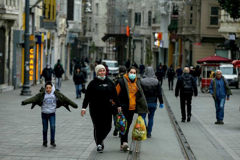 Koronavirüs (Kovid-19) tedbirleri kapsamında yurttaşlara evde kalmaları yönünde yapılan çağrılar sonrası İstanbul'da sokaklar yoğunluktan uzak.