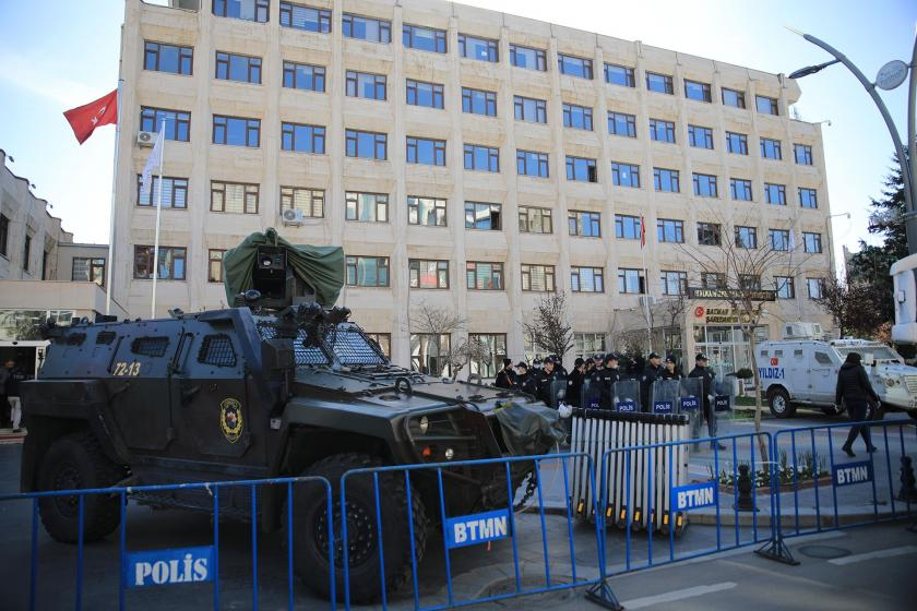 Kayyum atanan Batman belediyesi önünde polis bariyerleri, panzer ve çok sayıda polis var.