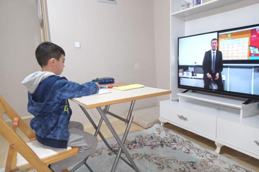 EBA TV'yi izleyen çocuk (solda)
