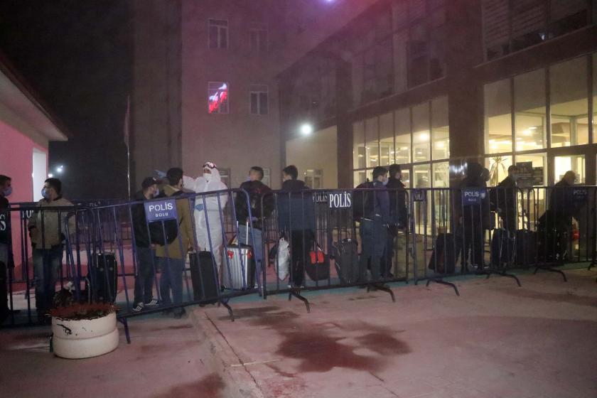 Yurt dışından gelip Bolu'da yurda yerleştirilmek için sırada bekleyen insanlar