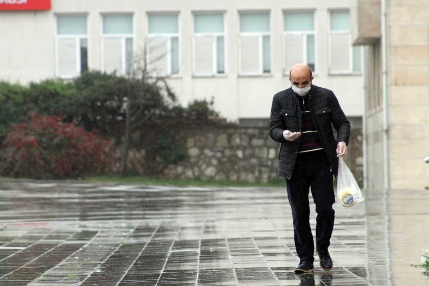 Koronavirüs (Kovid-19) salgını dolayısıyla alınan kararlar sonrası Düzce'de boş bir caddede yüzünde maske ve elinde eldiven ile yürüyen bir yurttaş.