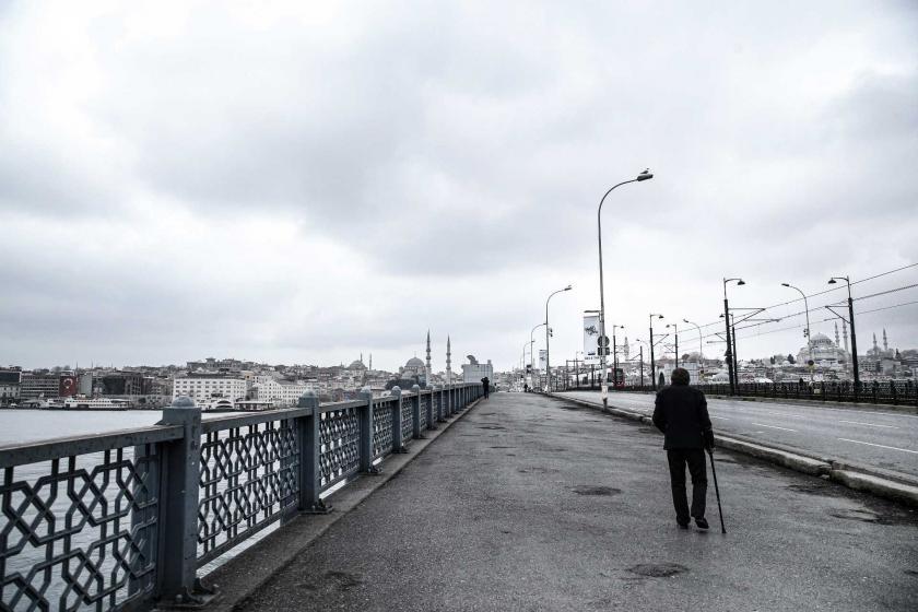 Koronavirüs (Kovid-19) salgını dolayısıyla İstanbul'da alınan önlemler sonrası yaşlı bir yurttaş boş olan Galata Köprüsünde yürüyor.