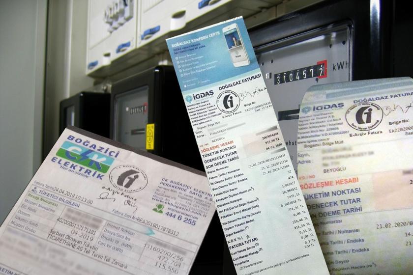 Elektrik sayacı önüne kolajlanmış doğal gaz ve elektrik faturaları