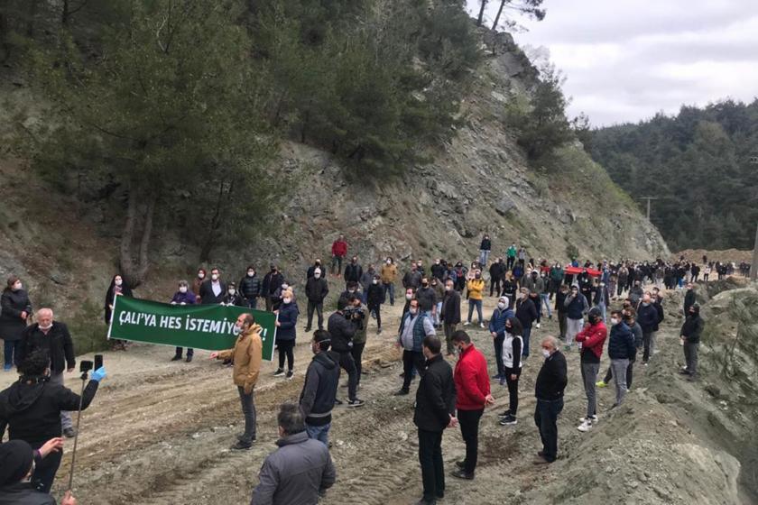 Çalı'ya HES istemiyoruz pankartı ve yürüyen bölge halkı