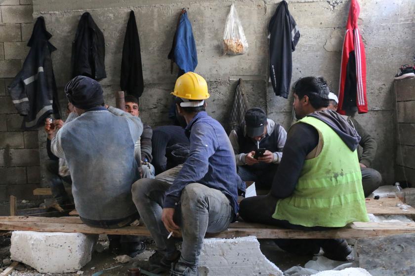 İnşaat işçileri yemek molasında